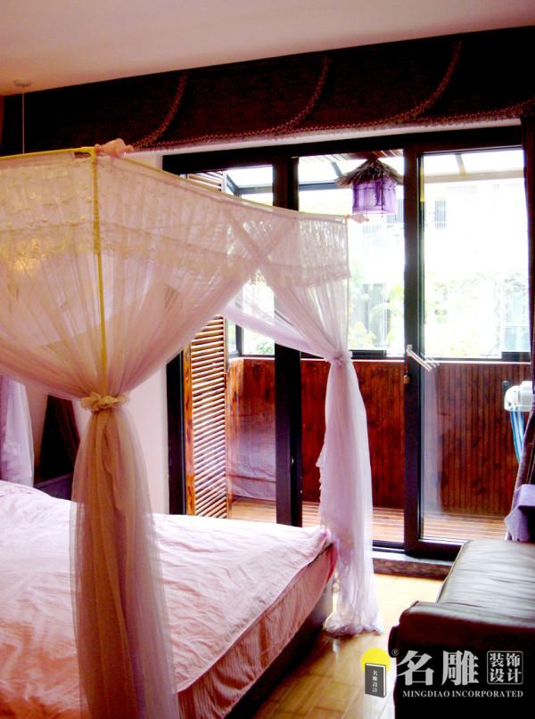 卧室:高雅的文化氛围与休闲的生活气息在同一个空间里微妙而和谐地融合,体现出居室主人浓浓的文化情结与鲜明的个性特征。