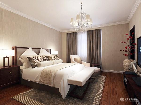 卧室壁纸与客厅一致,统一协调。深木色地板使空间感更强。