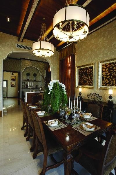 首先从室内的整体色调着手,以白色为主基调,配以镜面晶亮光泽的质感。