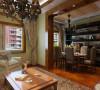 餐厅较窄,用镜子拓宽了其中的视野,在直角交接处,镜子――底喷漆玻璃――镜子的材质交替可令空间有着奇妙的光影交替变换效果,白影木饰从入口走廊转弯拐入客厅,并在电视机后内凹并藏入漫射光线
