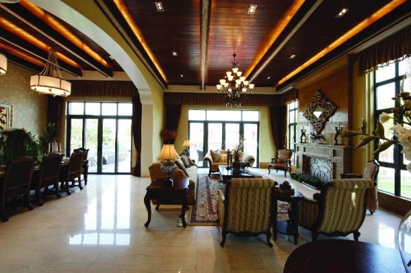 作为创造景深的介面及迷人装置,透过镜像反射银白色环境,令室内空间扩张力得到最大程度的展示,营造洁白宽阔的居家印象。