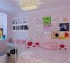 装修手法的不同也让实用性增强,更富现代感。现代家具与可爱配饰的结合调配出一个理想的生活环境,宁静又温暖,适合小孩的居住成长。