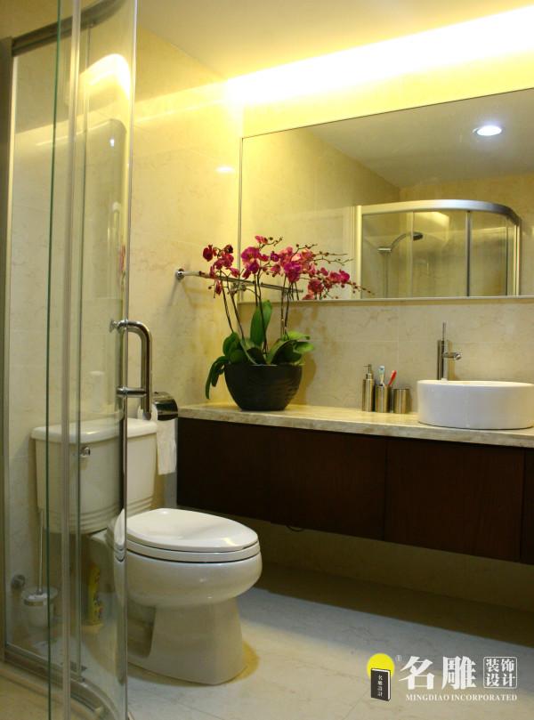 名雕装饰设计——卫生间:主卫生间采用清玻分隔,不但减去了主卧本来空间狭小的压抑感,而且为简洁的卧房增添了时尚元素。