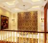 本案的设计精髓在于通过巧妙的造型,将吊顶和墙面装饰美感完美统一,特别是餐厅的挑高部分的造型吊顶,营造了华丽典雅的空间感。