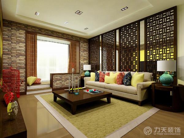 客厅右面是客厅阳台,客厅与阳台之间是一个半高墙垛,阳台也比较狭窄。家具正常摆设。
