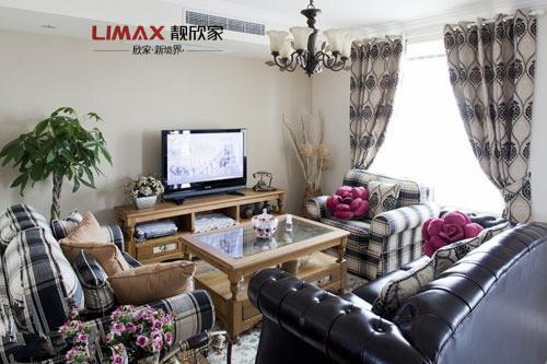 窗帘柔美的曲线和经典的花纹又和其他家具偏简约的风格互为对比和补充。