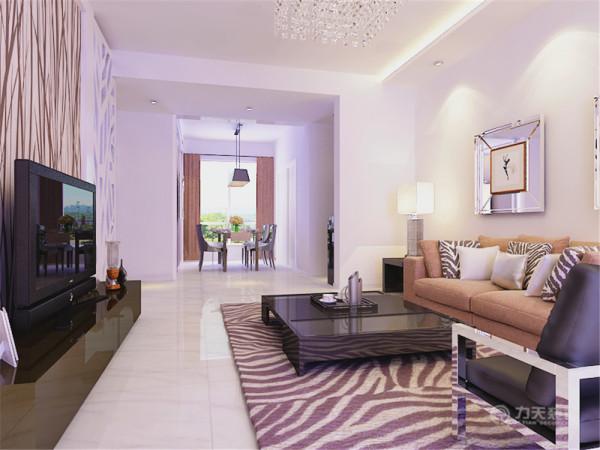 餐厅对面是客厅,客厅带有露台,具有良好的采光性能。客餐厅的家具均为正常摆放。