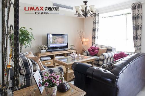 简欧风格装修,实木家具自然清新,搭配欧式花纹窗帘,极富设计感。