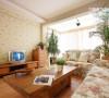 家里的家具基本偏原木色,地板在这个基础上面颜色稍微重一些。沙发是田园简欧小碎花,使整个家充满亲切自然的感觉,同时桌旗和沙发布艺进行了呼应。