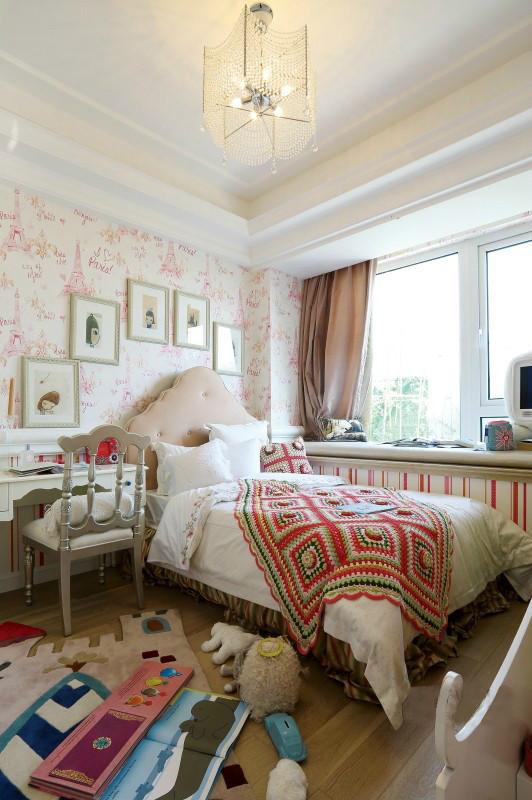 白色的木结构装饰背景和白色的家具是简欧永不变的主题,黑白相间的软包和黑色的床罩点亮了整体空间。