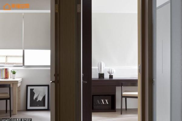 基础工程到格局皆重新规划的居宅空间,设计师林宇崴维持着旧有区块划定,将主卧房与客房改以柜体为隔间。