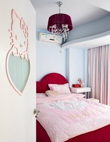 可爱的卡通形象配以粉嫩的空间主色调,不仅使整个居室显得温馨惬意,而且打造出一个隔绝了尘嚣的梦幻国度。