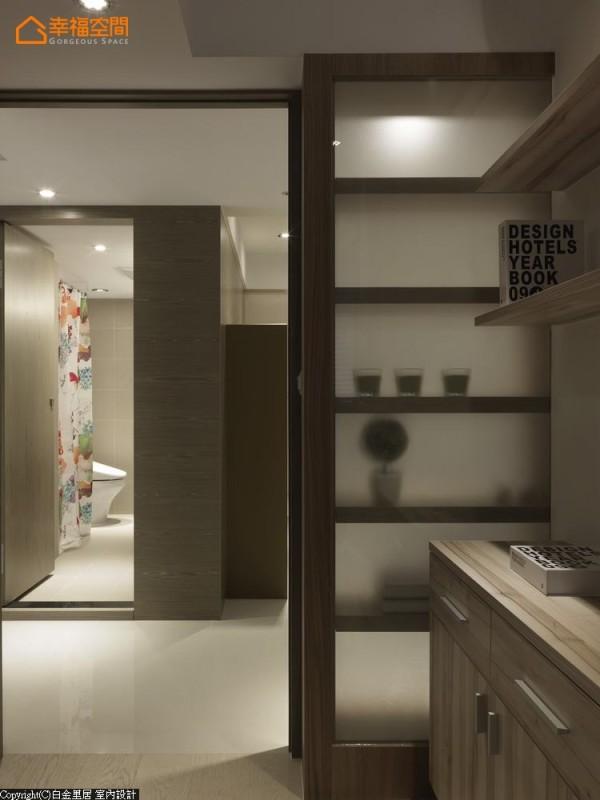 贴膜处理的展示柜底,让父亲房与公领域光影有了流动性表现。