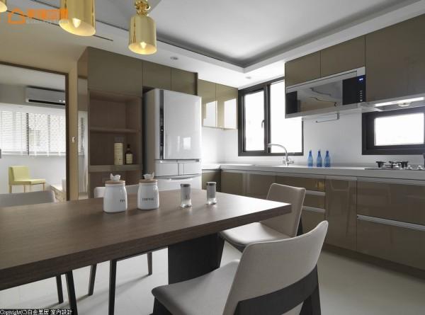 原厨房仅有一人可活动尺度,设计师林宇崴将餐、厨场域合并,互动出完美的生活场景,也流畅了行进动线。