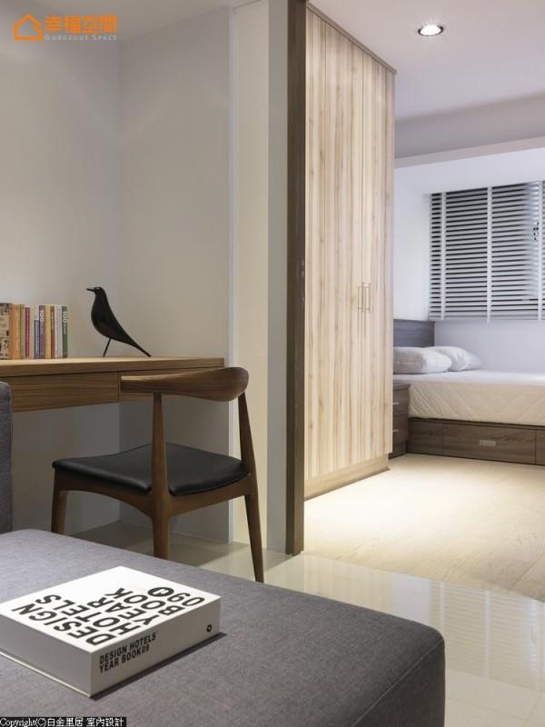 -跳脱书房的制式想象,客厅一角摆上一桌、一椅,即成为最惬意的阅读空间。