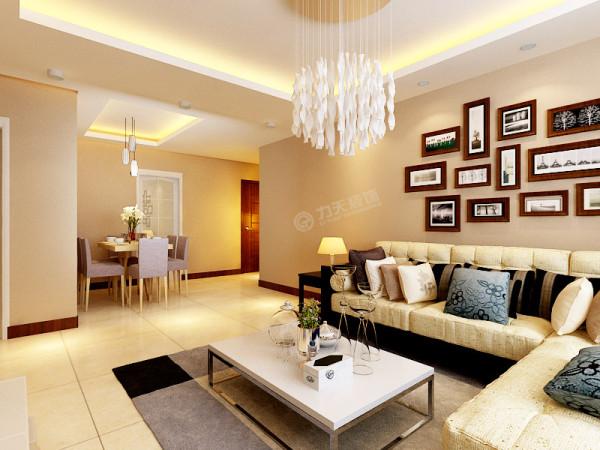 客厅与餐厅之间的距离适中,客厅和厨房都有阳台