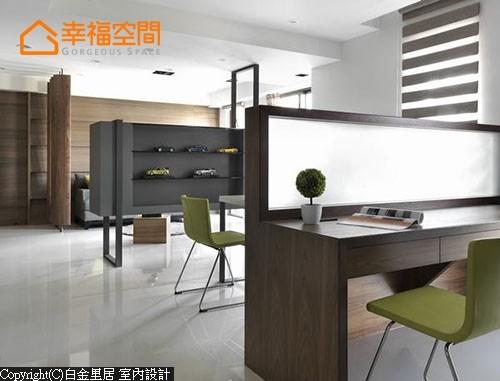 结合双面柜的运用巧思,让电视主墙后方自成端景亮点。