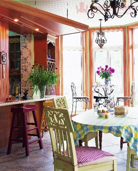 两边的光线与植物、饰品、挂画等交织在一起,形成一种自然和谐的空间氛围。