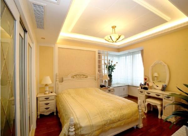 卧室不仅是睡眠休息的地方,而且是最具隐私性的空间,特别是主卧,本案主卧的设计,将其与客厅餐厅协调统一起来,床头背景都运用了壁纸等材料,从而营造一个现代化的主卧空间。