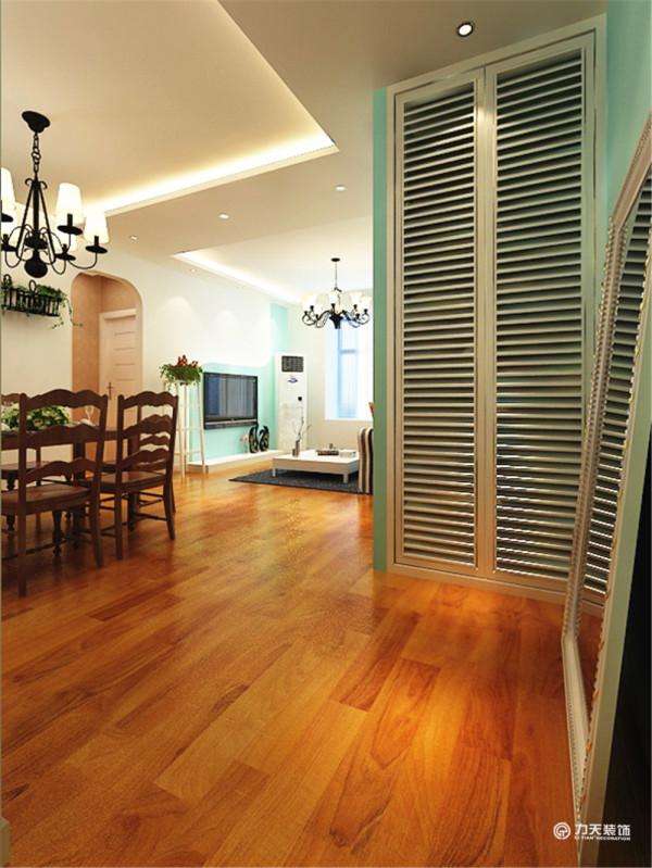 通过入户玄关左转是一张六人餐桌,在餐桌的隔壁是厨房区域