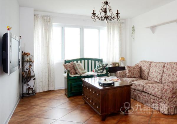 客厅采光很足,淡雅的窗帘很漂亮,突显每样家具的色彩。