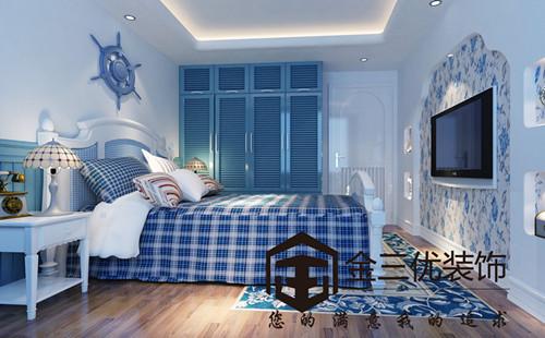 蓝色的床和木地板以白色的枪面想映出海的感觉。吊顶感觉明亮是室内。