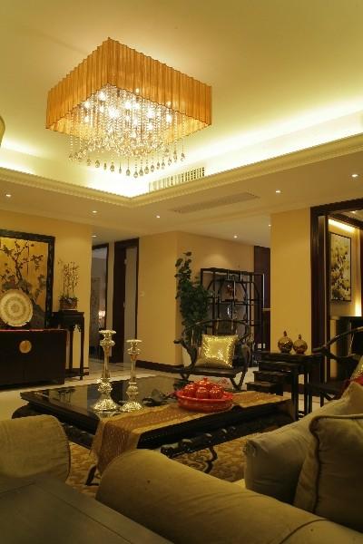 环顾客厅,大幅金漆壁画表达的是主人的艺术品味,高几上的盆景展示的是对生活的欣赏与热爱,博古架及仿古瓷瓶演绎着对中国古典文化深深的眷恋。
