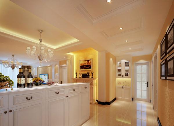 设计理念:沙发背景的欧式立柱体现出优雅的家居格调,两幅欧式油画丰富了空间内蕴品性,仿佛置身于欧罗巴半岛。 亮点:深色实木组合沙发为温馨舒适的客厅空间凭添一丝大气与端庄。