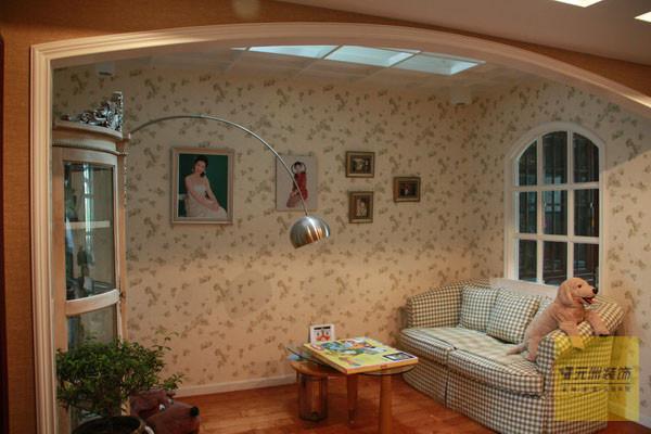 墙面采用粉色小花壁纸显得活泼可爱。