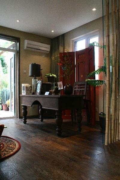 桌上沟堑纵横,摸着它不由想起它的前世今生。厨房做成了敞开式的,与客厅之间用吧台隔开。老杨松的厨房和柚木的台面,让厨房看起来显得很厚重也很结实。