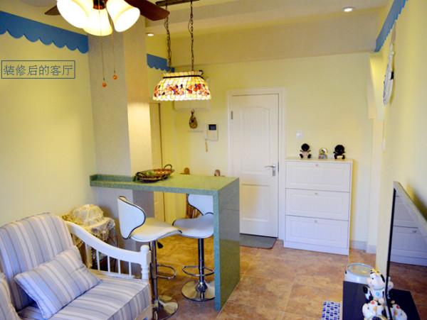 装修后的客厅地中海风格特征十分明显,地面采用很有质感的暖色调地板,墙面为暖黄色,家具摆饰都十分的小清新,虽然房子面积较小,但反而显得更加温馨