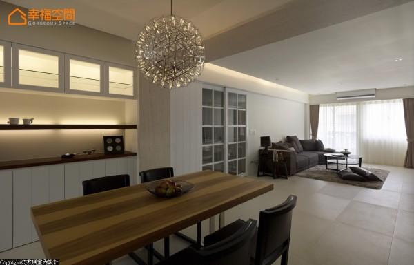 方形空间中前后切割,位移出公、私领域段落,让原本位居中心空气对流不佳的餐厅与厨房有了巧妙改善。