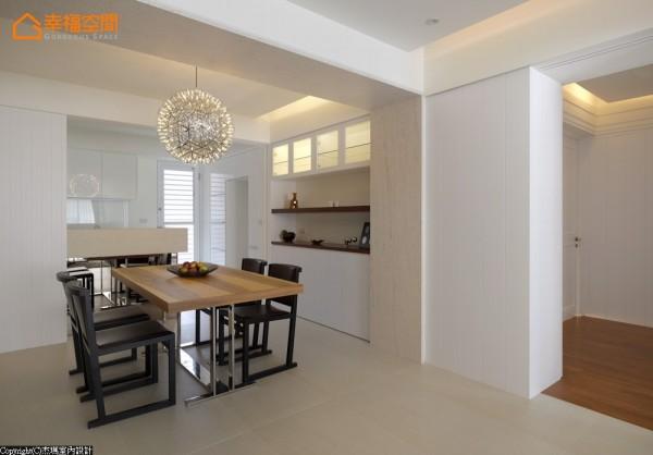 考量到烹调时的油烟问题,餐厨之间特别加以双拉门设计,部分玻璃格子窗的选用兼顾清洁方便性。