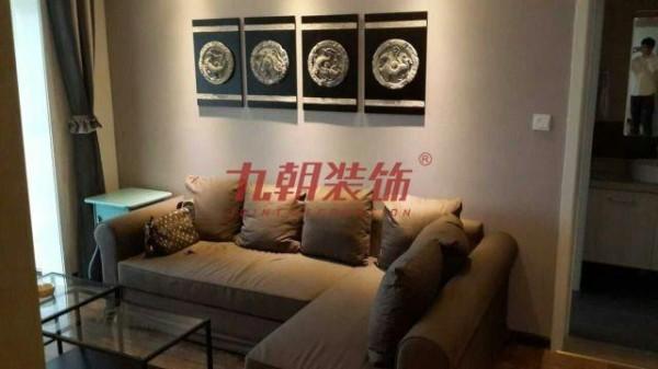 九朝装饰星币传说两居室现代简约风格,客厅背景墙采用隔断作为装饰,既能起到装饰作用,又能增加视觉方面的效果