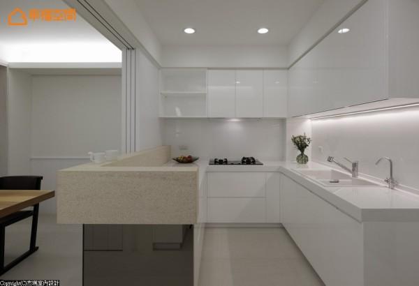 白色基底的厨房空间,半开放式的设计维持良好通风度,而吧台下方镜面贴覆有着反射、放大餐厅巧用。