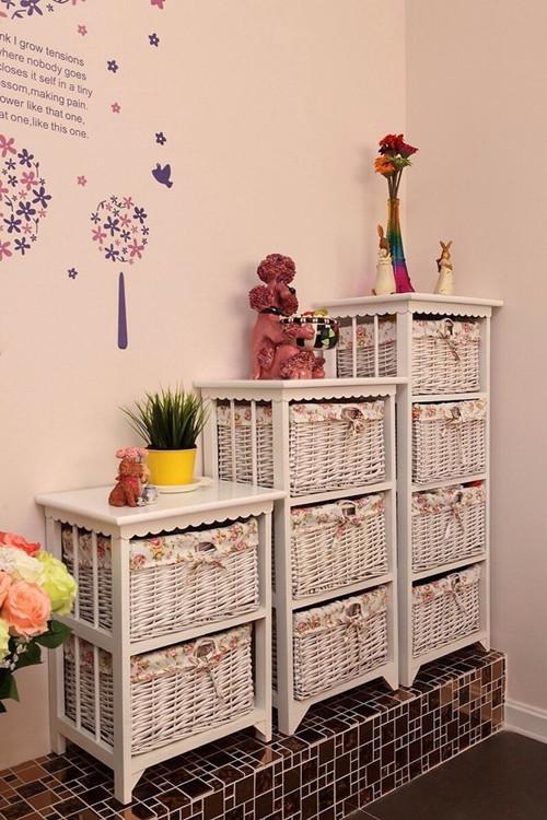 """""""组合收纳柜,配上藤制收纳盒,是收藏的""""利器""""。充满阶梯感的排列组合,相比整齐一致的柜子造型更显得人性化。"""""""
