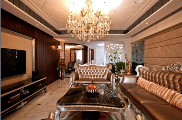 璀璨的水晶吊灯倒映在光可鉴人的白色大理石地板上,熠熠生辉。成套的银色欧式家具,在吊灯的光线下,晕染得尤为奢华大气,整个客厅大厅显得富丽堂皇。