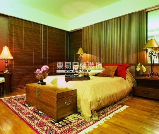 卧室床四周布纱,让空间里生空间,把小空间做大,做多即此案空间设计独之处,材料运用,老挝大红酸枝,米色软包,黄色墙布,为房间气氛添姿