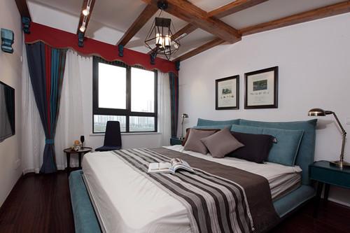 主卧室设在二层阁楼上,不想浪费此卧室仅有的这点高度优势,没有吊顶,用了几根木梁结构缓解了比较大的层高落差。