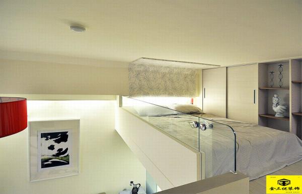 柜体的组合性变化,百叶门片美观收住了热水器的不协调,床尾楼层错落而出的空间也让阅读时,双腿得以自在伸展。