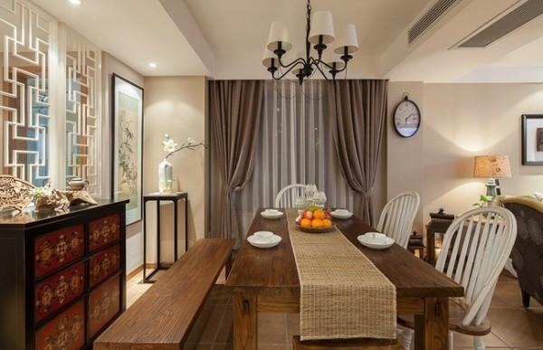 木质餐桌、中式古典的小厨。