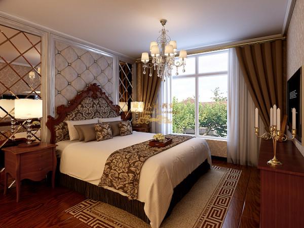 主卧室床头墙采用软包的效果,营造欧式风格韵味,同样提升卧室的舒适度,两边用银色灰镜装饰!营造时尚感,延生空间的视觉效果!
