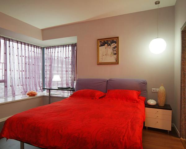 喜庆十足的卧室,以简单的软装,突显出硬装精致的设计线条。