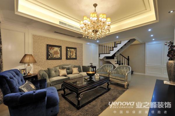 客厅的楼梯,原结构没有改动,采用精美的铁艺让楼梯设计的淋淋尽致。