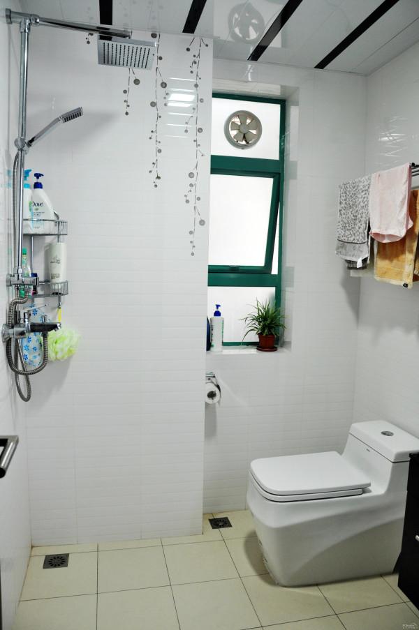 卫浴间里的瓷砖图案略显清新。