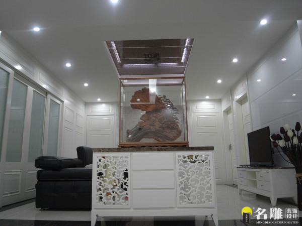 名雕装饰设计——新古典三居室——客厅:起居室:以白色为基准色白色加以设计雕饰,整体简洁大方。