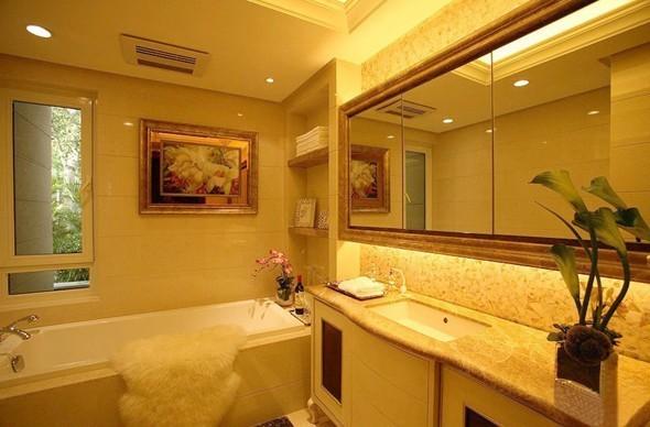 安坐在这唯有一扇小窗的空间里,只有这只浴缸使人身心愉悦,墙面温馨的色调配上一束绿色盆栽与室外郁郁葱葱的景色相呼应,更装出一片舒适的环境。