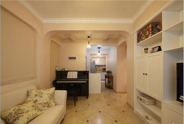 客厅里的钢琴显出屋主的高雅情调。