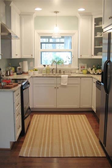 U形厨房方便取用每一件物品,可最大限度地利用空间进行烹饪和储物。避免操作面交叉设置,这样,两人能同时舒适地工作,不会相撞。两排相对的柜子之间须至少保持120cm的间距,以确保有足够的空间。