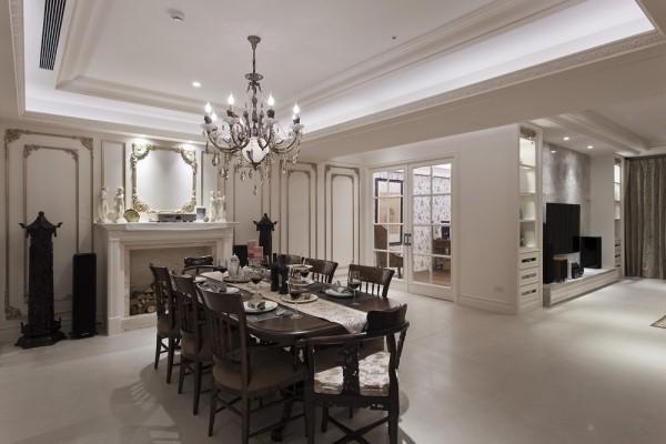 入内视觉轻易就被金漆描边的细致雕花线板掳获,与屋主的艺品收藏完美融会出美式宅邸的文艺沙龙风貌。